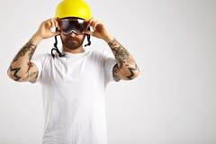 Snowboarder en het aanpassen helm die aanzetten stock afbeeldingen