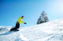 Snowboarder en la acción Imagen de archivo libre de regalías