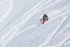 Snowboarder en la manera abajo en las montañas del invierno, Gudauri, Georgi Imagen de archivo