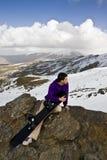 Snowboarder en la tapa de la colina Foto de archivo libre de regalías