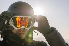 Snowboarder en máscara en el top fotografía de archivo libre de regalías