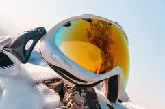 Snowboarder en máscara en el top fotos de archivo libres de regalías