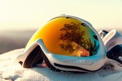 Snowboarder en máscara en el top fotos de archivo