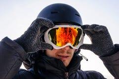 Snowboarder en máscara en el top foto de archivo libre de regalías