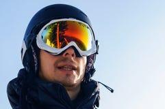 Snowboarder en máscara en el top imágenes de archivo libres de regalías