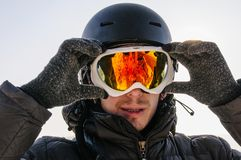 Snowboarder en máscara en el top imagen de archivo