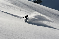 Snowboarder en nieve profunda del polvo Imágenes de archivo libres de regalías