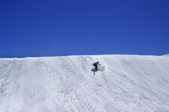 Snowboarder en parque del terreno y cielo claro azul en la estación de esquí Foto de archivo libre de regalías
