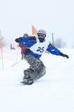 Snowboarder en raza Fotografía de archivo