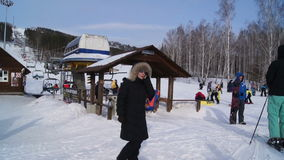 Snowboarder en skilift stock videobeelden