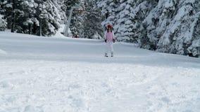 Snowboarder en teenaged meisje die de winter van tijd genieten stock video