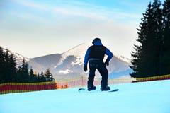Snowboarder en una cuesta Foto de archivo