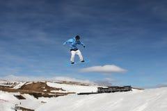 Snowboarder estremo durante il volo 2 Immagini Stock