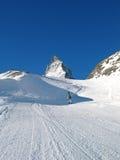 Snowboarder et dessus de Matterhorn Image libre de droits