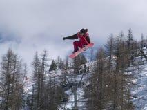 Snowboarder extremo no vôo Fotografia de Stock Royalty Free