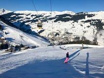 Snowboarder fêmea na pista Fotos de Stock