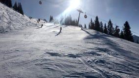 Snowboarder fêmea que vai para baixo na inclinação vídeos de arquivo