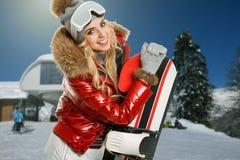 Snowboarder femminile sopra la montagna fotografia stock