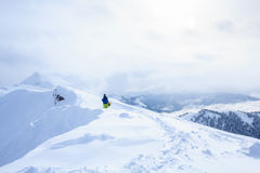 Snowboarder Freeride backcountry на следе на гребне горы покрытом с порошком снега Стоковые Фотографии RF