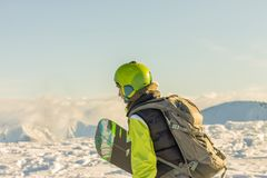 Snowboarder freerider стоит в снежных горах в зиме под облаками Стоковая Фотография RF
