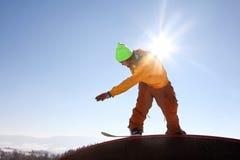 Snowboarder fresco contra el cielo azul Fotografía de archivo