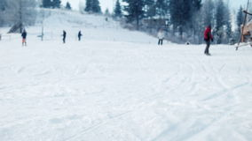 Snowboarder gaat dichtbij de camera over stock videobeelden