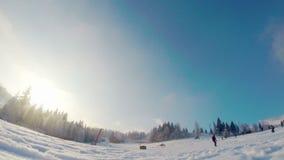 Snowboarder gaat dichtbij de camerasneeuw over in de camera stock videobeelden