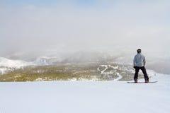 Snowboarder am Gebirgsgipfel Lizenzfreies Stockbild