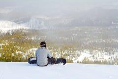 Snowboarder am Gebirgsgipfel Stockfotos