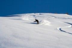 Snowboarder gehen unten auf Pulverschnee Stockbild