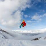 Snowboarder i berg Arkivbilder