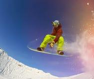 Snowboarder i berg Arkivbild