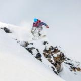 Snowboarder i bergen Royaltyfri Bild