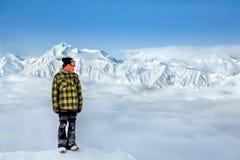 Snowboarder i de höga bergen royaltyfria bilder