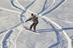 Snowboarder i fjällängarna arkivbild