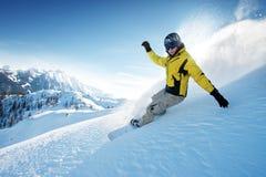 Snowboarder i höga berg royaltyfria bilder