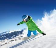 Snowboarder i höga berg royaltyfri foto