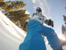 Snowboarder i handlingen - ytterlighetsportar Arkivbilder
