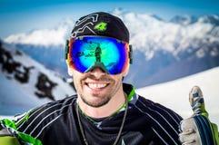 Snowboarder i le för maskering Arkivbilder