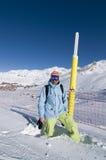 Snowboarder im Skiort stockbilder