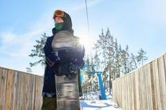 Snowboarder im Sonnenlicht Lizenzfreies Stockfoto