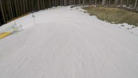Snowboarder jazda na snowboardzie na skłonach w Bukovel ośrodku narciarskim zbiory wideo