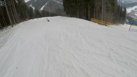 Snowboarder jazda na snowboardzie na skłonach w Bukovel ośrodku narciarskim zdjęcie wideo