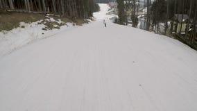Snowboarder jazda na snowboardzie na skłonach w ośrodku narciarskim zdjęcie wideo