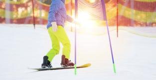 Snowboarder jedzie jej snowboard zjazdowego zdjęcie stock