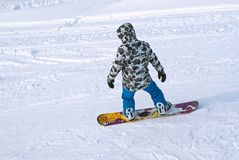 Snowboarder jedzie na zboczu góry Obraz Royalty Free