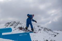 Snowboarder JUDD die HENKES de V.S. aan de Totale Strijd 2019 Grandvalira Andorra deelnemen stock foto's