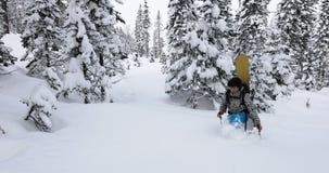 Snowboarder kroczenia śnieg obraz royalty free