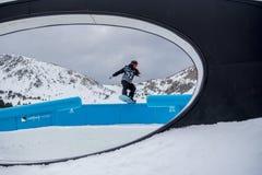 Snowboarder LYON FARREL LOS E.E.U.U. que participa en la lucha total Grandvalira 2019 Andorra imagen de archivo libre de regalías