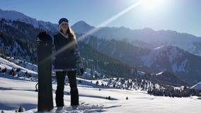 Snowboarder młodej kobiety pomyślna przygoda śnieżne alps góry, szwajcar Snowboard i narciarskie zdrowe aktywność zdjęcie wideo